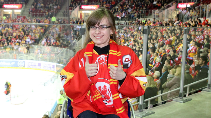 Steffi Gehrke in ihrem Wohnzimmer, dem ISS Dome - © by Eishockey-Magazin (DR)