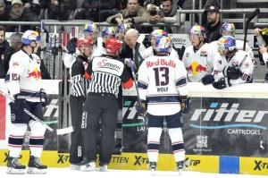 Gesprächsbedarf an der Bande des EHC München - © by Eishockey-Magazin (RS)