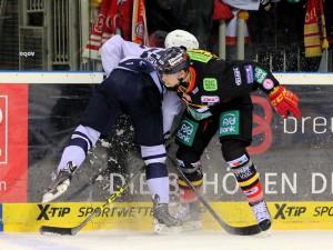 Kein Durchkommen für Philippe Dupuis und die Freezers bei der DEG - © by Eishockey-Magazin (DR)