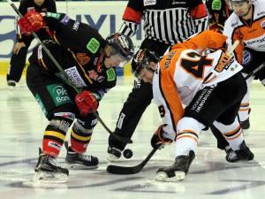 Ken Andre Olimb und Mark Voakes beim Bully - © by Eishockey-Magazin (DR)
