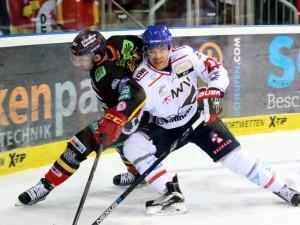 Bandenzweikampf zwischen Stephan Daschner und Ryan MacMurchy - © by Eishockey-Magazin (DR)