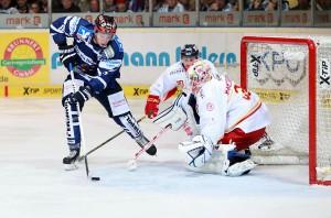 Szene aus dem Hinspiel: Marko Friedrich alleine vor Mathias Niederberger - © by  Jan Brueggemann, Eishockey Magazin