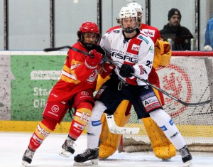 Lucas Topfstedt und die Eisbären Juniors behaupten sich gegen die DEG (hier Noah Muller, links) - © by Eishockey-Magazin (DR)