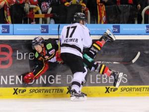 Patrick Reimer stoppt Daniel Fischbuch - © by Eishockey-Magazin (DR)