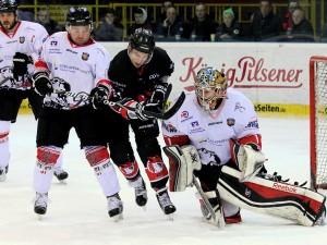 Robert Busche und Kevin Beech versuchen Chad Niddery zu stoppen - © by Eishockey-Magazin (DR)