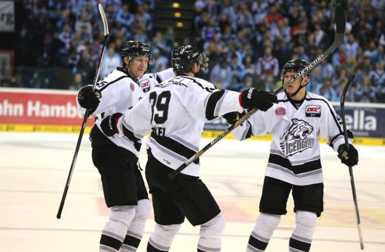 Torjäger Dane Fox unterstützt die Ice Tigers