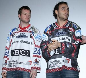 Mathias Lange (links) und Lou Caporusso zeigen das aktuelle Playoff-Trikot der Roosters - © by EH-Mag. (MK)