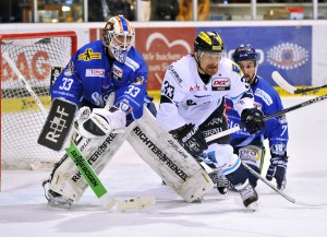 Torwart Matt Climie (Tigers, links), Bjoern Barta (Ingolstadt, mitte) und Colton Jobke (Tigers).<br />  Copyright: ISPFD-Nbg.de