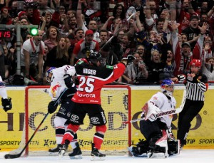 Patrick Hager läßt die Haie-Fans jubeln - © by EH-Mag. (DR)