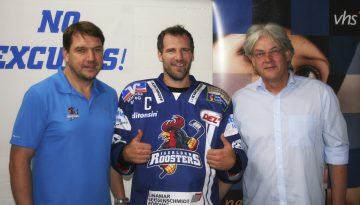 (v.l.n.r.): Manager Karsten Mende, Jason Jaspers und Rainer Danne (Leiter der VHS Iserlohn) - © by IR Media