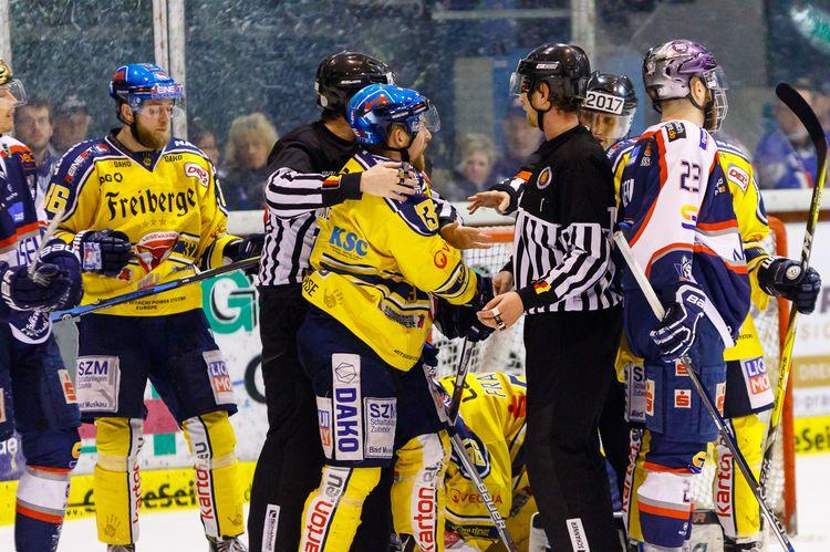 Playoff-Eishockey - Es geht zur Sache! - © by Eh.-Mag. (SD)