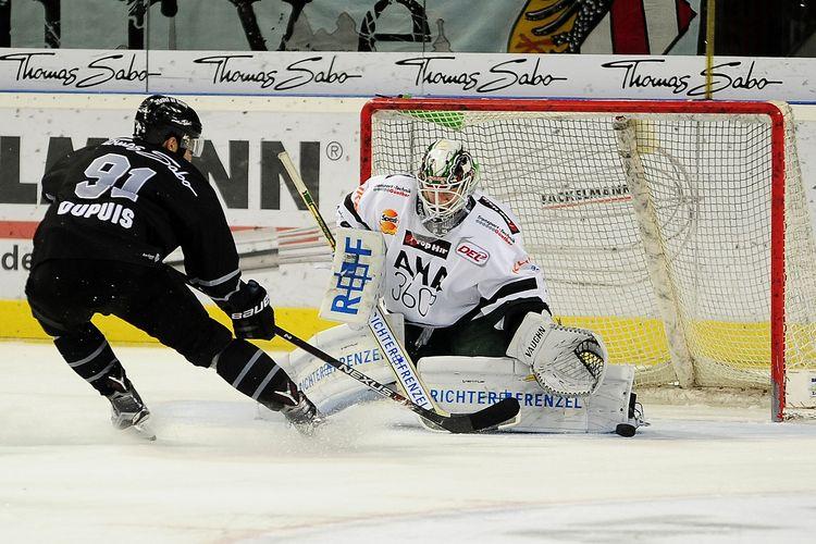 Augsburgs Goalie 30-Benjamin Meisner verhindert die Chance von Nuernbergs 91-Philippe Dupuis  Foto: ISPFD