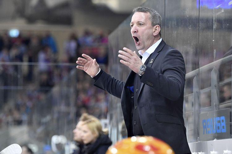 Cheftrainer Thomas Popiesch (Fischtown Pinguins Bremerhaven) ist mit den Entscheidungen der Schiedsrichter nicht einverstanden  Foto: ISPFD