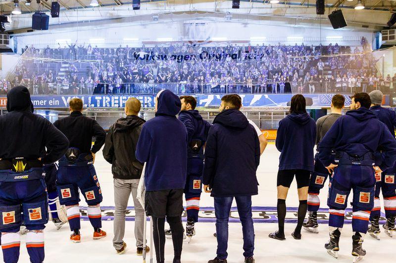 Noch lange nach dem Spiel singen die Huskies-Fans für Ihr Team - © by Eh.-Mag. (SD)