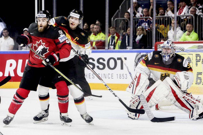 Deutschlands Verteidiger Christian Ehrhoff bedraengt Kanadas Ryan O Reilly vor seinem Goalie Philipp Grubauer  Foto: ISPFD
