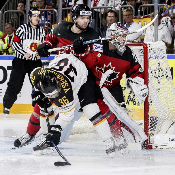 Deutschlands Yannic Seidenberg wird vor dem kanadischen Tor mit Goalie 31-Calvin Pickard von Kanadas Josh Morrissey zu Fall gebracht  Foto: ISPFD