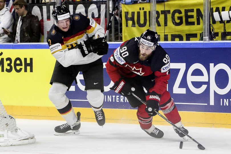 Kanadas Ryan O Reilly spielt die Scheibe vor Deutschlands Denis Reul  Foto: ISPFD