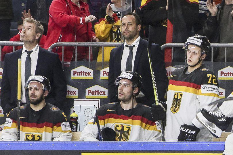 Enttaueschte Gesichter bei den deutschen Spielern wie 55-Felix Schuetz, 72-Dominik Kahun und dahinter auch bei Trainer Marco Sturm (rechts)  Foto: ISPFD