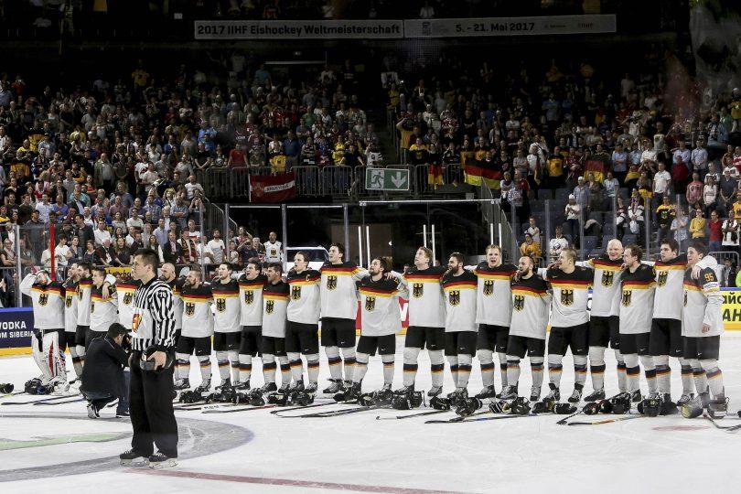 Deutschlands Spieler singen die deutsche Natinalhymne nach dem Sieg und dem Einzug ins Viertelfinale  Foto: ISPFD