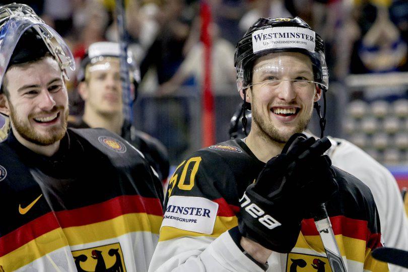 Deutschlands Patrick Hager und Torwart Philipp Grubauer freuen sich ueber den Einzug ins Viertelfinale  Foto: ISPFD