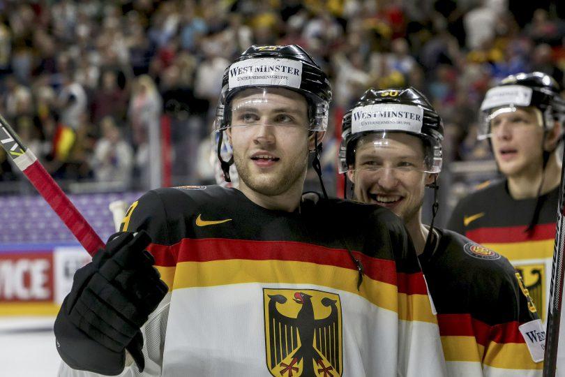 Deutschlands Patrick Hager und Leon Draisaitl (vorne) freuen sich ueber den Einzug ins Viertelfinale  Foto: ISPFD