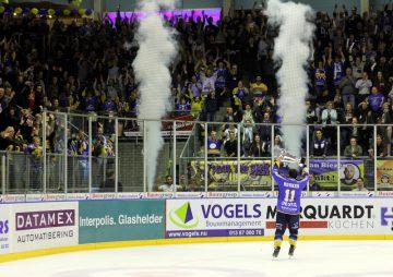 Tilburgs Levi Houkes präsentiert den Fans den Meisterpokal - © by EH-Mag. (DR)