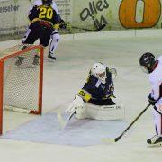 Goalie Daniel Blankenburg und Verteidiger Max Mewes tragen weiterhin das gelbschwarze Trikot der EA Schongau!