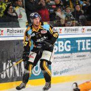 Simon Karlsson verstärkt die Eislöwen