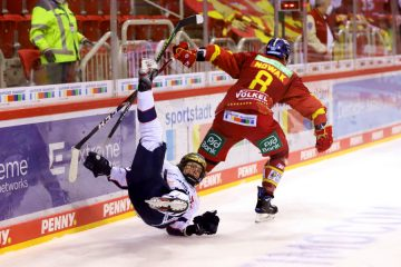 Marco Nowak lässt Eisbär Haakan Hänelt aussteigen – © Sportfoto-Sale (DR)