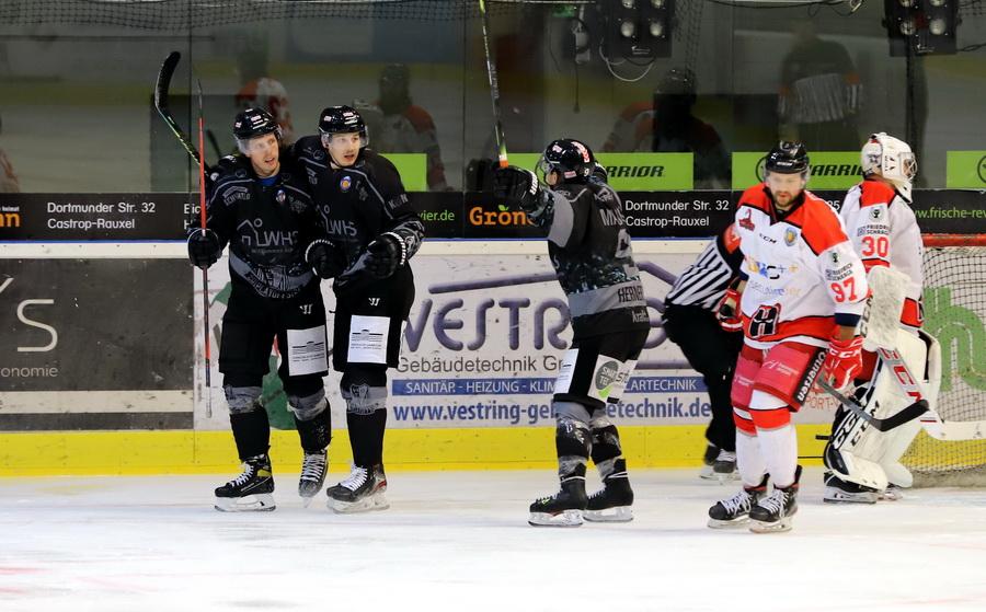 Herner EV bejubelt einen Treffer gegen die Scorpions – © Sportfoto-Sale (DR)