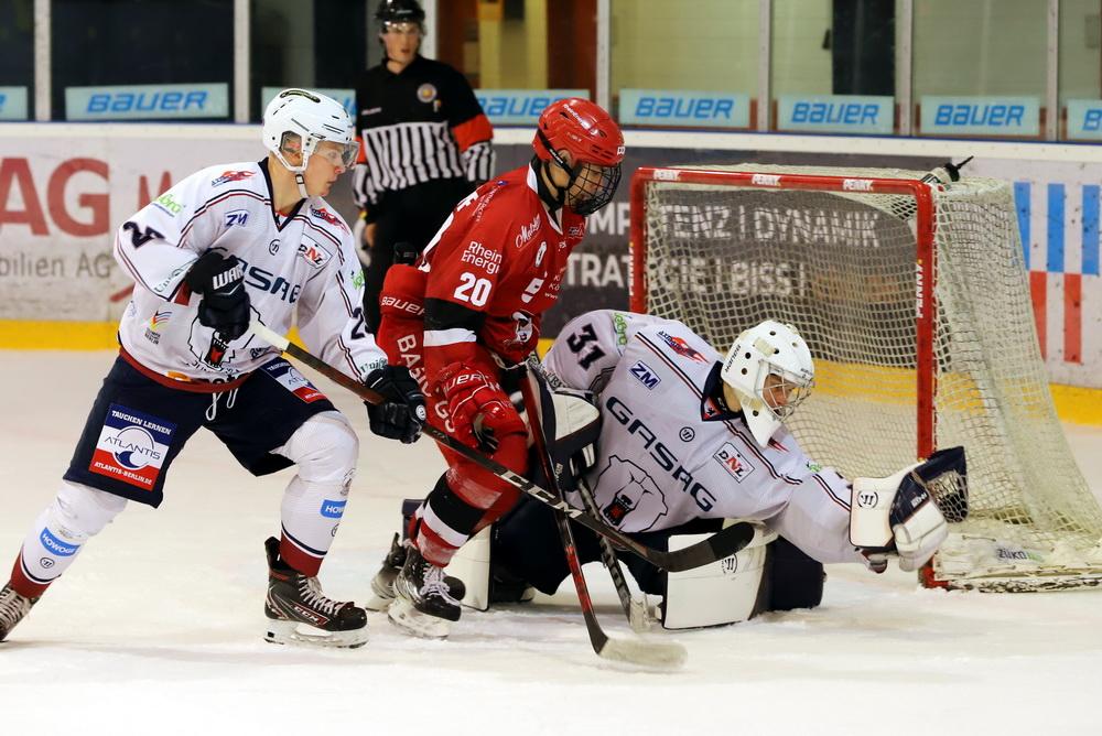 Rihards Babulis schnappt gegen die Junghaie zu – © Sportfoto-Sale (DR)