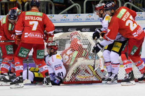 Brandon Burlon und Jeremy Welsh (DEG) mit Mark Olver (EBB) suchen Goalie Timo Herden (DEG - im Tor gefangen)