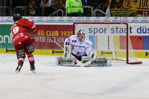 Darryl Boyce (DEG) verschiesst seinen Penalty gegen Petri Vehanen (EBB)