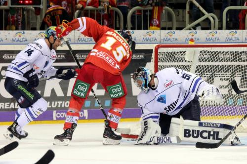 Spencer Machacek (DEG) scheitert an Timo Pielmeier (ERCI)