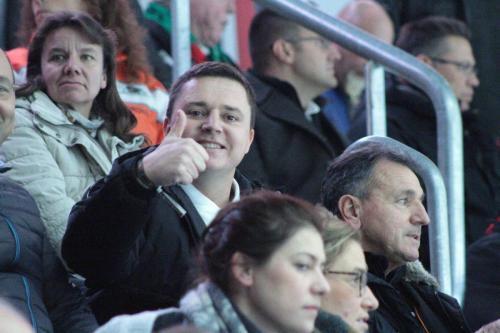 Glückliche Zuschauer im Stadion-rs