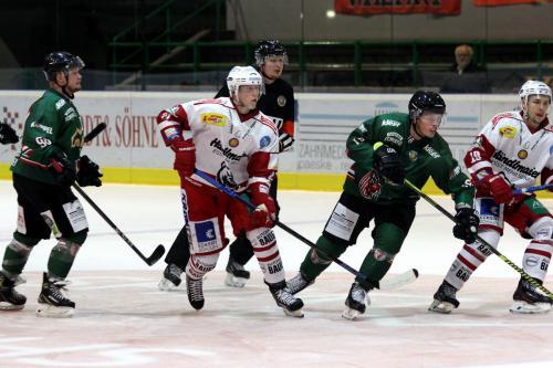 Erik Keresztury #21 (EVR) zwischen Nils Liesegang #98 und Patrick Asselin #16 (HEV)
