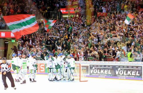 Augsburger Panther feiern Sieg in Düsseldorf