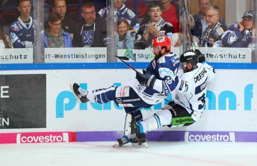 Zweikampf zwischen Mike Halmo und Fredrik Eriksson
