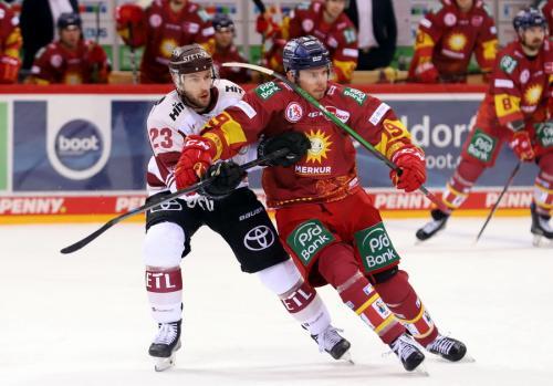 Zweikampf Edwards (Haie) und Carey (DEG) – © Sportfoto-Sale (DR)